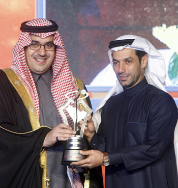 Prince Nawaf bin Faisal presents the award to Kamal Bahamdan.