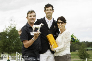 Clarke Johnstone (centre) receives the inaugural Bounce Trophy, as winner of the CIC3*, from Vaughn Jefferis (left) and Bounce's long-time groom Jo Osbourne.