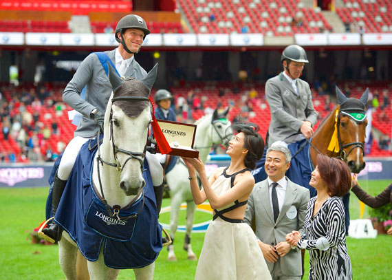 Kevin Staut is congratulated by actress and Longines brand ambassador Chi Ling Lin, Dennis Li, Vice-President Longines China and Susen Chen, Director of the Swatch Group China.