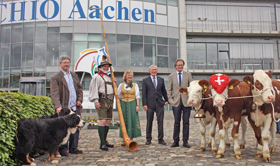 "From left, Oliver Bassauer with Bernese Mountain dogs Luke and Leia, Josef and Marita Nacken of the ""Alphornbläser Bardenberg"", ALRV-President Carl Meulenbergh, ALRV-Chairman and Show Director Frank Kemperman and the three Simmental cows Sofie, Charlotte and Brigitte."